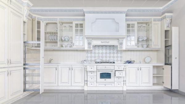 Белая кухня из массива — стоит ли?